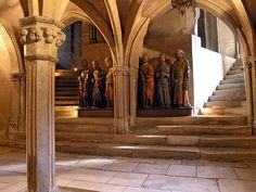 Estatuas en madera policromada que representan a seis apóstoles, ubicadas en la cripta de la Basílica de San Saturnino de Toulouse en Francia. La cuarta representa a Judas Tadeo con una maza en la mano derecha. Esta basílica se atribuye la guarda de algunas reliquias del apóstol