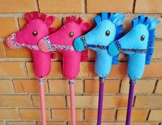 Cavalinho de pau, confeccionado em feltro e cano de PVC encapado de feltro. Pode ser encomendado em diversas cores e combinações. Mede cerca de 1 m de altura. Ideal para exercitar a imaginação da criançada, em brincadeiras divertidas e lúdicas!
