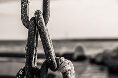 Κάθε που… φιλί -  Κείμενο: Γιώργος Χιώτης -  Φωτογραφία: Ντίνα Κυριάκου Metal Chain