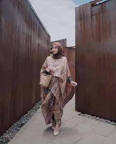 Seneng banget walopun perut udh makin maju tapi masih bisa pake setelan batik gini buat kondangan. Bahannya premium & motifnyaa love… Hijab Gown, Kebaya Hijab, Kebaya Dress, Kaftan Batik, Blouse Batik, Batik Dress, Batik Fashion, Hijab Fashion, Batik Blazer