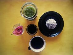 Coffee, kiwi fresh juice, oat ball with mocha flavour covered with cocoa compound and coconut