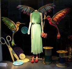 """Escaparate de primavera """"La creación del pájaro"""" en Ararat, tienda de moda y complementos en Madrid. Escaparate diseñado y montado por Lola Rúa y Marta Gómez."""