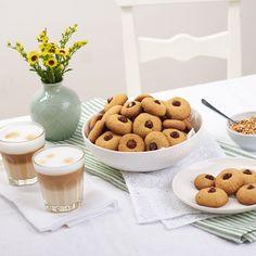 So klein, so lecker, so schnell gemacht: Haselnussplätzchen dürfen auf keiner vorweihnachtlichen Kaffeetafel fehlen.