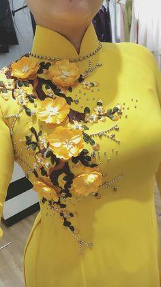 Todo en trajes Dress Neck Designs, Designs For Dresses, Vietnamese Traditional Dress, Traditional Dresses, Kurta Designs, Blouse Designs, Simple Pakistani Dresses, Embroidery Dress, Hand Embroidery