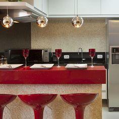 Reforma Casa Ipiranga #curvas #curves #house #home #aquilesnicolaskilaris #iarakilaris #decor #decoracao #interior #design #lighting #dinnerroom #architecture #white #kitchen #silestone #red