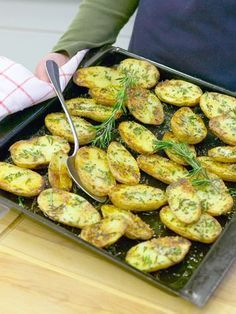 Rosmarinkartoffeln vom Blech – so geht's Rosemary potatoes from the tin – this is how it's done step by step Veggie Recipes, Vegetarian Recipes, Snack Recipes, Cooking Recipes, Healthy Recipes, Rosemary Potatoes, Tasty, Yummy Food, Food Inspiration