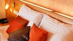 Zimmer im Hotel Auwirt - Unsere 47 Zimmer begrüßen in alpenländischer Tradition mit Holzböden und Mansarden, stilvoll und schlicht. In Betten von ausgezeichneter Qualität wird Ihr Schlaf tief und erholsam sein. Warmes Sonnenlicht begrüßt Sie nicht nur durch unsere Fenster, sondern auch auf Ihrem Balkon. Modern, Bed Pillows, Pillow Cases, Home, Mansard Roof, Sunlight, Beds, Windows, Balconies