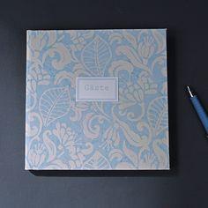 Hellblau weiß gemustertes Gästebuch im Batiklook