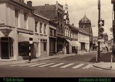 Hier nog met de synagoge. Links hoekpand Schellen, daarnaast de lijstenwinkel St Jan van v. Gorp, magazijn en winkel van de porseleinzaak van de dames v.d. Vloed, het pand met de spitse gevel is het pand van bloemenpaleis Mimosa, het pand met de markiezen is van Jos (Sjef) de Haan. .