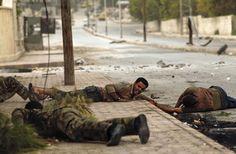 Der Mann auf der Straße, ein Zivilist, wird von den Kugeln eines regimetreuen...