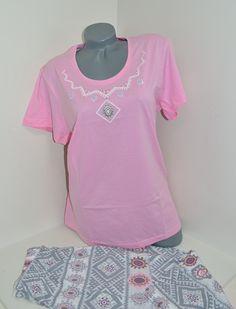 Нежна и красива макси пижама за вас дами. Пижамата е в розово и бяло. Панталона е 7/8 с ластик и връзка и свежи добре подбрани елементи.