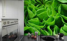 """Fototapety w kuchni to ciekawy pomysł na dodanie kuchni """"smaczku"""". Te z nadrukiem owoców, warzyw czy przypraw niewątpliwie poza funkcją dekoracyjną znakomicie pobudzają apetyt. W kuchni zwykle stosuje się tapety laminowane lub umieszcza pod taflą szkła. Przykleja się je zwykle na ścianie pod szafkami lub na wolnej ścianie. Szczytem odwagi jest naklejenie jej na szafki kuchenne. źródło: magicandstyle.com"""