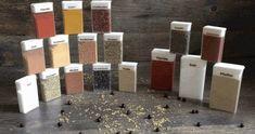 Tic-Tac-Dosen sind entleert, geeinigt, gefüllt und beschriftet.