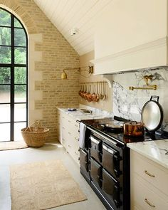 Be inspired and wowed by Stunning European Country Kitchen Design Inspiration, a photo gallery of 24 gorgeous examples of European kitchen decor and style. English Country Kitchens, European Kitchens, Luxury Kitchens, Country Interior Design, Country Kitchen Designs, Best Kitchen Designs, Kitchen Ideas, Kitchen Decor, Brick Wall Kitchen