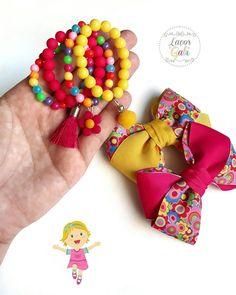 Eu vejo flores em você... 🌸🌼🌸🌼🌸🌼 . . Tem lançamento lindo por aqui, colorido, alegre e com kit pulseiras. 👏👏👏 Nosso modelo Malu mais florido do que nunca. . . Também fica lindo com o azul turquesa, Verde maçã, laranja outros tons de rosa e amarelo. . . Apaixonada neles 😍 ▫▫▫▫▫▫▫▫▫▫▫▫ Valores e encomendas pelo Whatsapp 📞📲 81. 996621512 ou link acima na bio. ☝☝☝☝ Little Girl Jewelry, Kids Jewelry, Jewelry Making, Baby Girl Accessories, Diy Hair Accessories, Kids Bracelets, Baby Girl Crochet, Diy Bow, Beading Projects