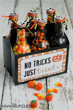 Pop Box Gift Halloween Pop Box Gift - No Tricks, Just Treats! (or in cute jars as 'you've been boo'd treats for friends).Halloween Pop Box Gift - No Tricks, Just Treats! (or in cute jars as 'you've been boo'd treats for friends). Fröhliches Halloween, Halloween Goodies, Holidays Halloween, Diy Halloween Gifts, Halloween Decorations, Halloween Candy Bar, Halloween Bottles, Halloween Printable, Halloween Clothes