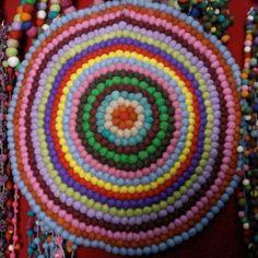 een rond vloerkleed met vrolijke kleurtjes lijkt mij heel gezellig op Julia's kamertje...:-)