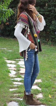 Boho style --- sweaters de lana o rebozos---**** Más Gypsy Style, Hippie Style, Bohemian Style, Boho Chic, Moda Hippie, Hippie Chic, Sporty Outfits, Boho Outfits, Estilo Folk