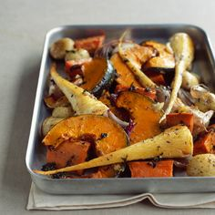Découvrez la recette Légumes d'hiver rôtis au four sur cuisineactuelle.fr.