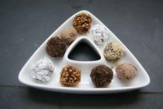 Truffes noires caramel et beurre salé Le Cacao, Dog Bowls, Creme Caramel, Butter, Chocolates, Unsweetened Cocoa, Truffles