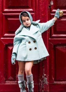abrigo-verde-agua-y-botas-grises-con-pelo-verde-agua-de-belle-chiara