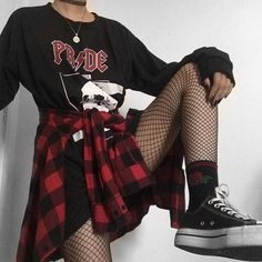 15 ways to look stylish wearing grunge outfits 4 15 Ways to Look Stylish Wearing Grunge Outfits Edgy Outfits, Mode Outfits, Cute Casual Outfits, Retro Outfits, Grunge Outfits, Fashion Outfits, Emo Fashion, Grunge Clothes, Hipster Outfits