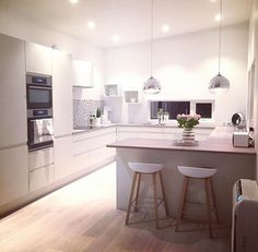 Bar Stools for Kitchen Decor Open Plan Kitchen Living Room, Kitchen Dinning, New Kitchen, Kitchen Decor, Kitchen Design, Kitchen Modern, Luxury Kitchens, Home Kitchens, Sweet Home