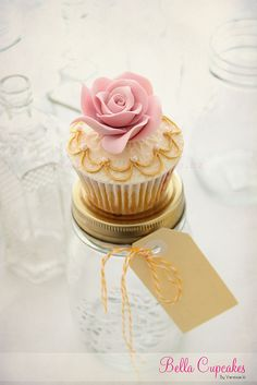Another amazing cupcake concept with the rose and gold, off white and a vintage look.