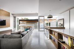 Voir cette maison: cuisine: dosseret en marbre, comptoir en quartz?, mobilier (table et chaises) extérieur, sofa...