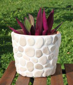 Dieser wunderschöne Blumenübertopf ist aus Terrakotta und mit Steinen verschönert. Innen ist der Topf lasiert. Ein Blickfang auf der Terrasse oder Balkon. Durch sein Gewicht ist er sehr stabil und...