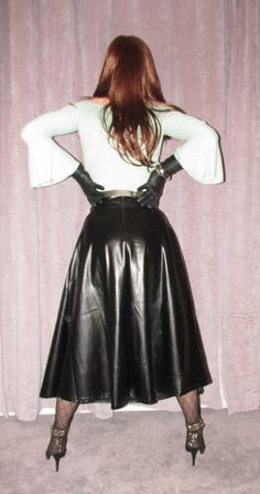 Long leather skirt with shoes and gloves. This picture gives me hips. The camera never lies! Long Leather Skirt, Black Leather Skirts, Leather Dresses, Elegantes Outfit Frau, Rubber Dress, Leder Outfits, Leather Lingerie, Black Leather Gloves, Legging