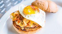 Hamburger di salmone con uovo fritto, hamburger di pesce, ricetta panino gourmet