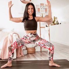 Passer de longues heures assis comprime les muscles des hanches. Travailler les muscles fléchisseurs de la hanche (psoas, quadriceps, adducteurs et tenseur du fascia lata) peut donc aider à corriger le basculement du plancher pelvien. ↠ Si les fléchisseurs sont raccourcis et tendus, ils peuvent affaiblir les extenseurs de la hanche à l'arrière. La lordose sera alors accentuée dans le bas du dos (les fameuses fesses trop sorties 🙈). Il peut en résulter des pincements au niveau des dis