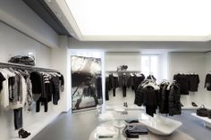 The visual merchandising can change by season or collection as the system's modularity easily permits both the addition of extra components and the development of new ones.