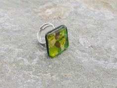 Anello in vetro di Murano, in piastra a rombo.   Base foglia oro con sfumature verde e rame.