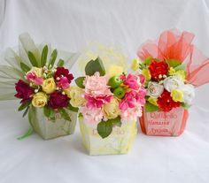 Netting with flowers-gorgeous! Candy Flowers, Crepe Paper Flowers, Diy Flowers, Flower Decorations, Flower Box Gift, Flower Boxes, Diy Bouquet, Candy Bouquet, Beautiful Flower Arrangements