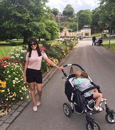 Com os pés cansados eu falo que, aproveitamos muito o dia de hoje. Passamos o dia na cidade de Estocolmo com o melhor clima de verão possível... Nem muito quente, nem muito frio! PERFEITO! ☀️🙌🏼🇸🇪 #familytrip #skense #estocolmo #instatrip #viagememfamilia #maedecasal #maededois
