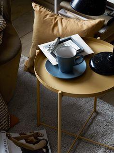 Hartstikke hip en handig: een lichtgele salontafel met dienblad | Wooninspiratie trends IKEA IKEAnl IKEAnederland GLADOM salontafel geel lichtgeel woonkamer ÅDUM vloerkleed kleed DINERA beker SANELA kussenovertrek kussen overtrek