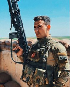 Turkish Soldiers, Turkish Army, Men In Uniform, Ulsan, Hot Guys, Antalya, Guns, Military, Istanbul