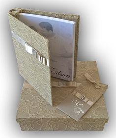 Livro de Mensagens - Casamento <br> <br>Livro revestido com tecido e renda na cor champagne com detalhe de laço de cetim na cor champagne e strass. <br> <br>Contém 40 folhas de papel vergê na cor branca de 180 gramas sem pauta. <br> <br>O livro pode também ser usado para álbum de fotos. Tem capacidade para 160 fotos, no tamanho 10x15cm (04 fotos por folha) ou 80 fotos, no tamanho 15x21 cm (02 fotos por folha). <br> <br>A caixa é de madeira, também revestida dentro e fora com tecido e renda…