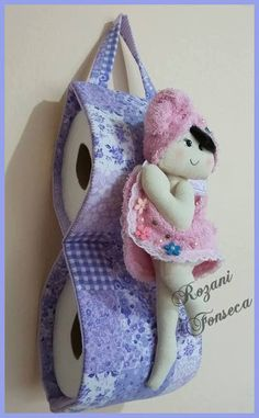 Artesanatos: Faça e Venda: Boneca em feltro para porta de banheiro Fun Crafts, Diy And Crafts, Sewing Crafts, Sewing Projects, Bathroom Crafts, Plastic Bag Holders, Bazaar Crafts, Paper Cover, Bath Decor