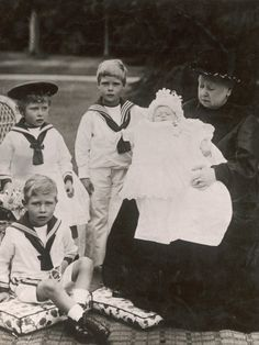 Queen Victoria with her great-grandchildren: Prince Albert, Princess Mary, Prince Edward, and Prince Henry of York.