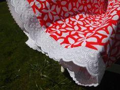 Falda flores rojas y blancas con tira bordada en la parte inferior. F006. 30€