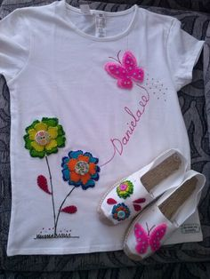 Conjunto camiseta y alpargatas muy florido Painted Jeans, Painted Clothes, Swag Girl Style, Applique Fabric, Patch Quilt, Fabric Painting, Kind Mode, Handicraft, Hand Embroidery