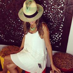 Vestido blanco y accesorios neon y sombrero panamahat