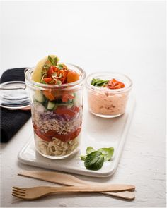 A tasty & healthy layered Tuna Salad in a Jar Recipe is perfect for lunch on the go, weekend picnics or padkos for a car journey. Quick and easy to prepare. Tuna Salad Pasta, Lemon Pasta, Salad In A Jar, Spinach Leaves, Lunch To Go, Meals In A Jar, Picnics, Cherry Tomatoes, Lunch Recipes
