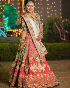 Lehenga de mariée en or rouge - Bridal Lehenga - Indian Bridal Outfits, Indian Bridal Fashion, Indian Bridal Wear, Indian Designer Outfits, Indian Wear, Wedding Lehenga Designs, Indian Wedding Lehenga, Bridal Lehenga Choli, Rajasthani Dress