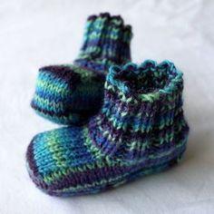 Selkeä vaihekuvitettu ohje vauvalle neulottuihin sukkiin. Sukissa ei ole ollenkaan kärkikavennuksia, vaan varpaiden kärki on sileä.