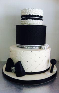 Black&white cake, rouffles , bows, joystick&dice, torta bianca e nera, con effetto trapuntato, rouches, fiocco , dadi e joystick x un amante di videogiochi