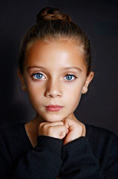 Studio Portrait Photography, Portrait Studio, Children Photography Poses, Headshot Photography, Cute Children Photography, Close Up Photography, Pose Portrait, Headshot Poses, Photographer Headshots